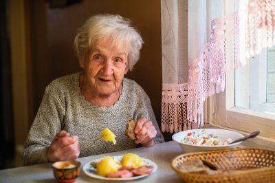 Personne âgée qui mange